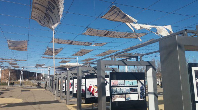 Dos «exposiciones» en la entrada de la Expo.